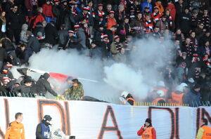 Przepychanki i gaz na Polonii. Mecz przerwany na chwilę