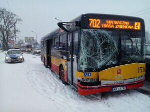 Wypadek autobusu 702. Trzy samochody rozbite