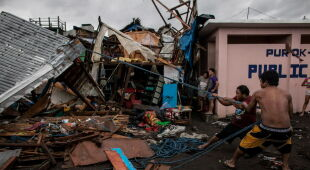 Tajfun uderzył w Filipiny (PAP/EPA/FRANCIS R. MALASIG/BASILIO SEPE HANDOUT/ZALRIAN SAYAT)