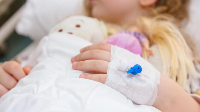 """""""Stan bezpośredniego zagrożenia życia"""". Coraz więcej dzieci choruje na PIMS"""
